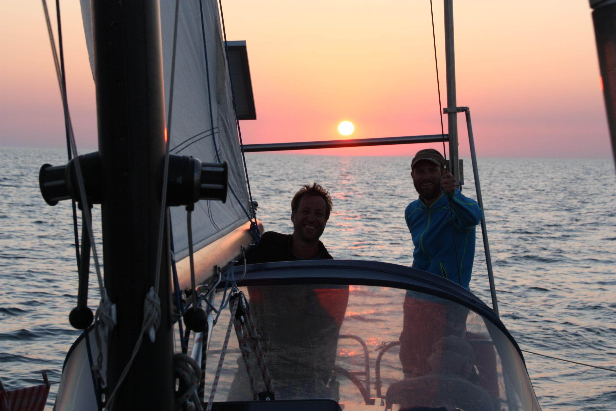 Schönes Segeln bei Sonnenuntergang