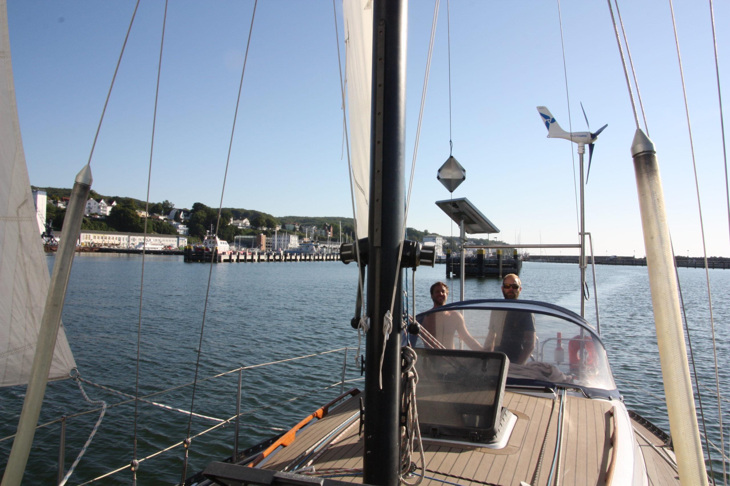 Unter Segeln verlassen wir den Hafen Sassnitz